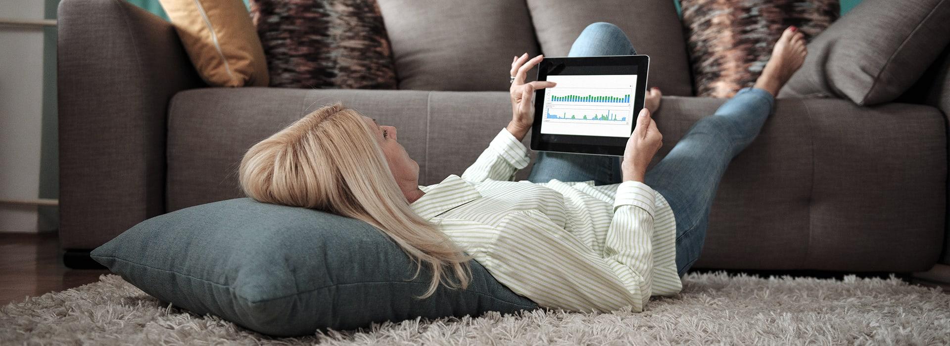 Eine Frau prüft die Energieeffizienz auf einem Tablet